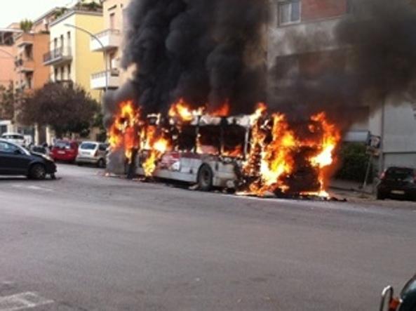 Autobus a fuoco a via della Pineta Sacchetti, evacuato un palazzo