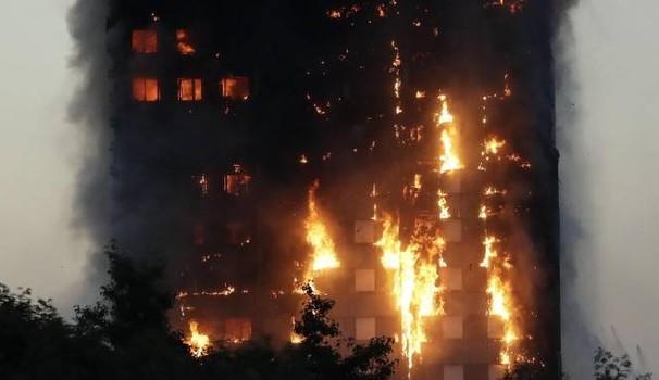 Londra, grattacielo in fiamme: molte vittime